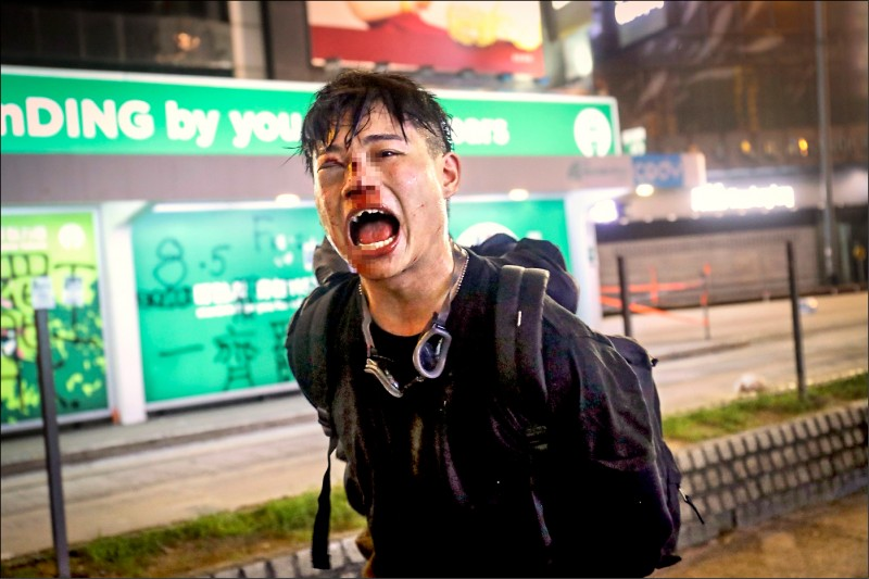 香港「反送中」警民衝突升溫,示威者11日被臥底警方暴力逮捕。(中央社)