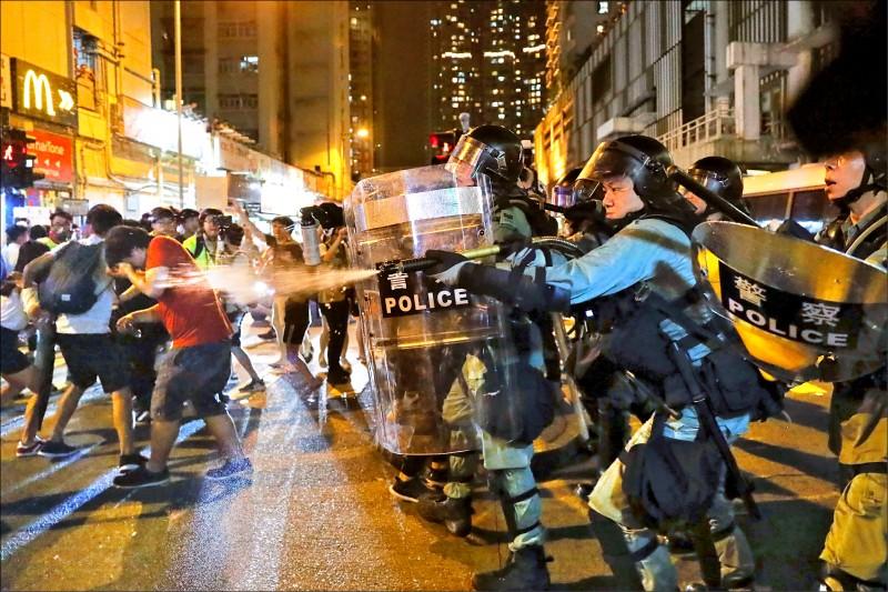 香港鎮暴警察十一日在包括港鐵站內的多個地區,近距離對民眾施放胡椒噴霧。(美聯社)