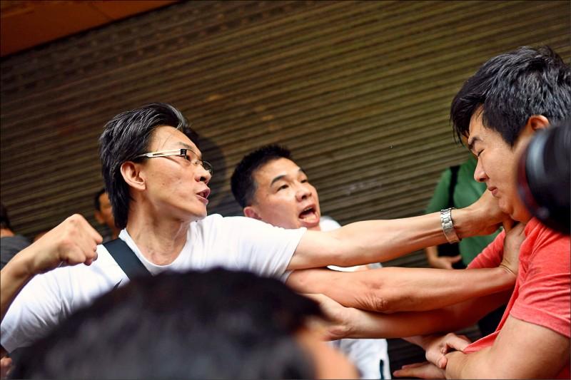 香港北角一名白衣挺中男子,十一日與不知名紅衣男子爆發肢體衝突。(法新社)