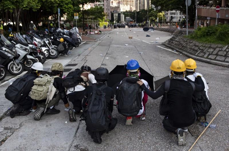 香港「反送中」運動抗爭者在一次次抗爭中,逐步學習示威策略和自我保護之道,採取多區游擊戰術,藉此分散警力,訴求也更聚焦於「光復香港、時代革命」。(歐新社)