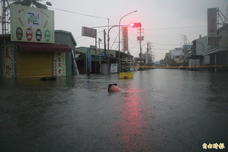 永康多處地區積淹水,道路已封路。(記者萬于甄攝)