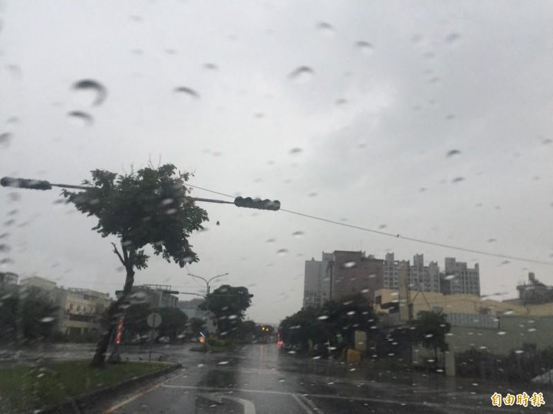 雷雨交加,斗六市明德北路一處交通號誌故障。(記者林國賢攝)