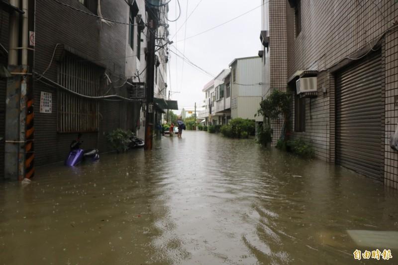 台南仁德地區積淹情況嚴重。(記者萬于甄攝)
