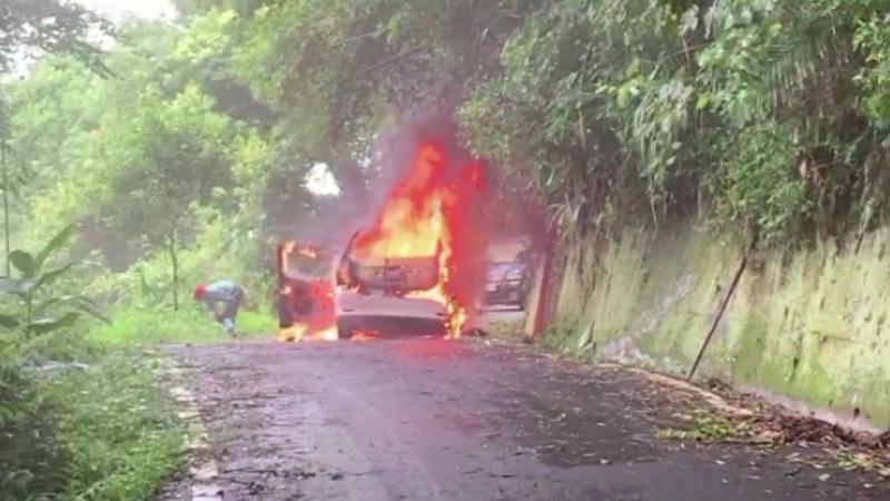車突成火球,農民急跳車逃生。(記者蔡政珉翻攝)