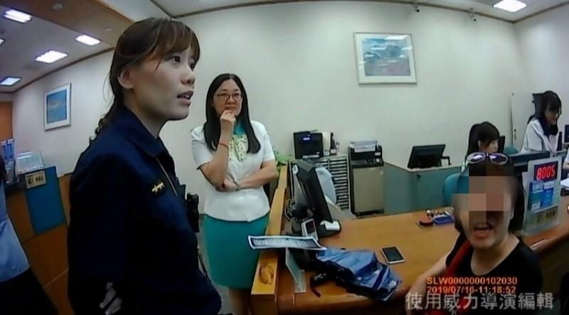 歹徒謊稱中國富二代表弟寄禮物送婦人(右)企圖詐騙,所幸員警及時阻止她受騙。(記者方志賢翻攝)