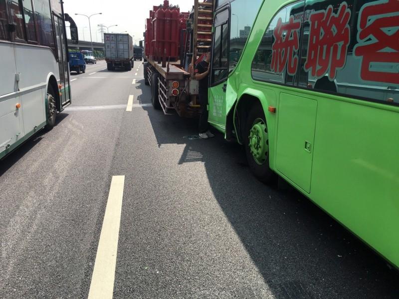 中山高速公路北上三重路段今天上午傳出統聯客運撞擊聯結車車禍,消防局啟動大量傷病患機制,將11名傷者送醫。(記者吳仁捷翻攝)