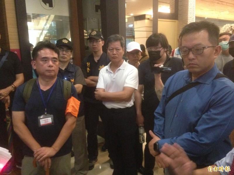 海霸王總經理李日順(左)、君鴻董事長張慶輝(右)於大廳僵持。(記者黃旭磊攝)