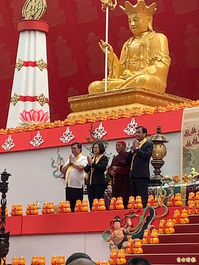 蔡英文總統在桃園市長鄭文燦(左)、立法院長蘇嘉全(右)陪同下,一起和心道法師一起禮佛。(記者陳恩惠攝)