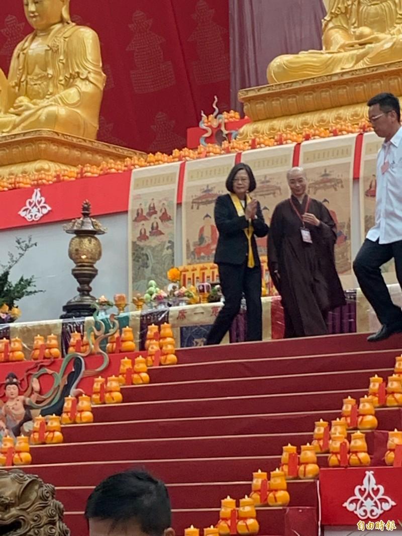 蔡英文總統禮佛後,步下聖壇。(記者陳恩惠攝)