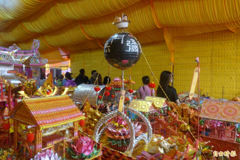 鹿港地藏王廟放水燈有百年傳統,大型蓮花法船也有創新做法。(記者劉曉欣攝)