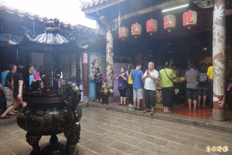 鹿港地藏王廟普度法會登場,擠滿了拜拜的人潮。(記者劉曉欣攝)