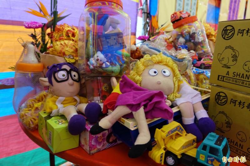 鹿港地藏王廟超渡嬰靈準備了玩具。(記者劉曉欣攝)