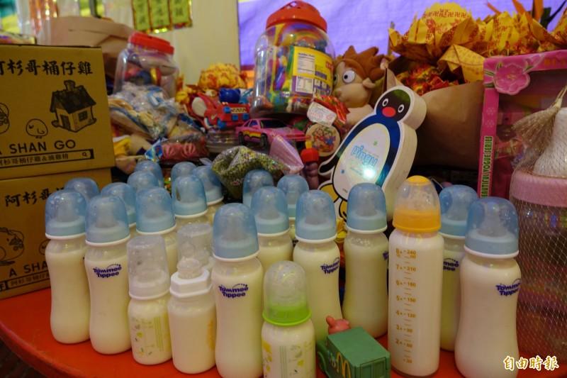 鹿港地藏王廟超渡嬰靈準備了玩具與奶瓶。(記者劉曉欣攝)