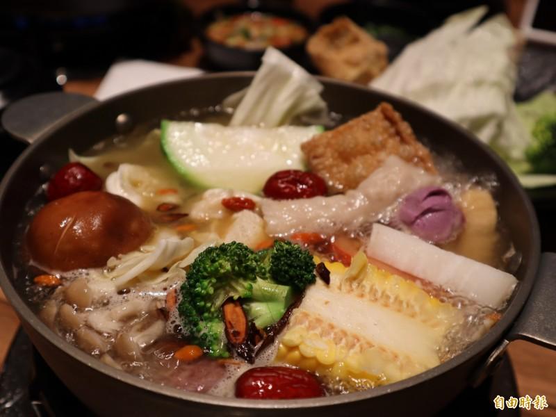 出雲鍋物,燒酒雞湯加上新鮮菜盤一起煮,還可加牛肉或豬肉。(記者歐素美攝)