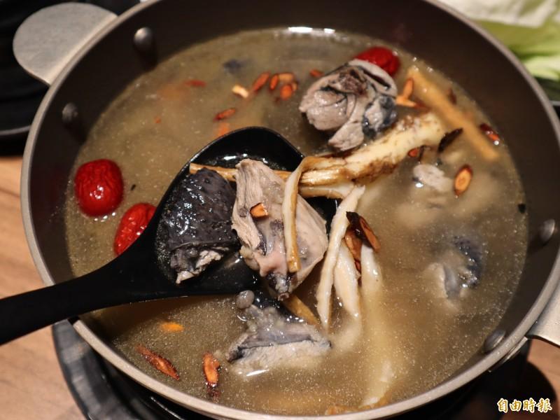 「出雲鍋物」的燒酒雞,標榜採用古早味中藥包及採用全酒煮食,吃起來特別有味。(記者歐素美攝)