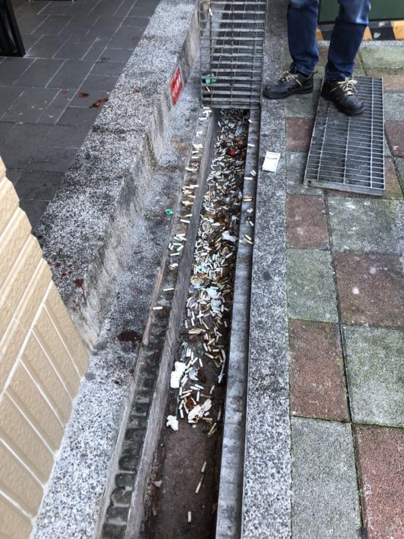 民眾亂丟菸蒂,易造成環境污染及阻塞水溝。(環保局提供)