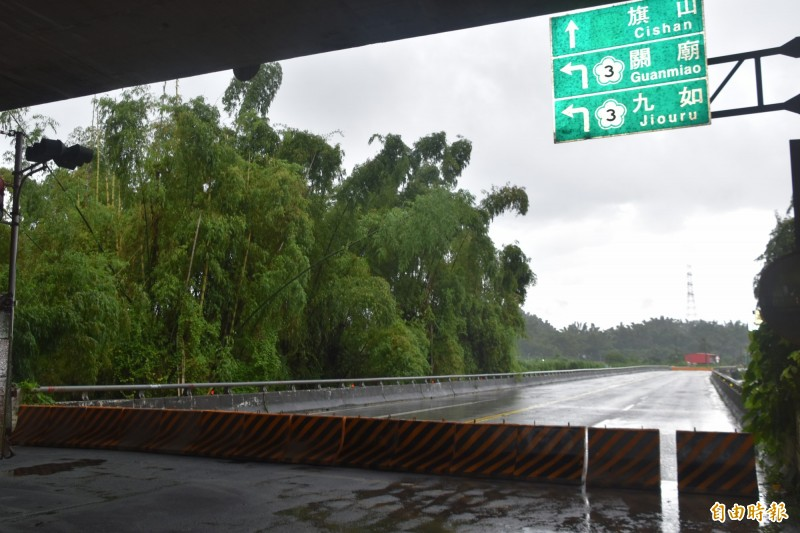 二仁溪田寮崇德橋今天上午7點50分水位達16.4公尺預警警戒值,實施封橋措施。(記者蘇福男攝)