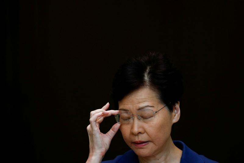 被記者追問「幾時死」「有沒有良心」,林鄭月娥沒有回應。(路透)