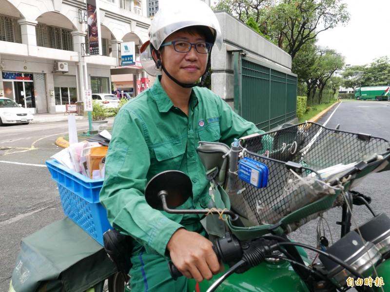 郵差陳志明13日將重新整理好的約2百件泡水郵件全都送達收件人。(記者蔡淑媛攝)