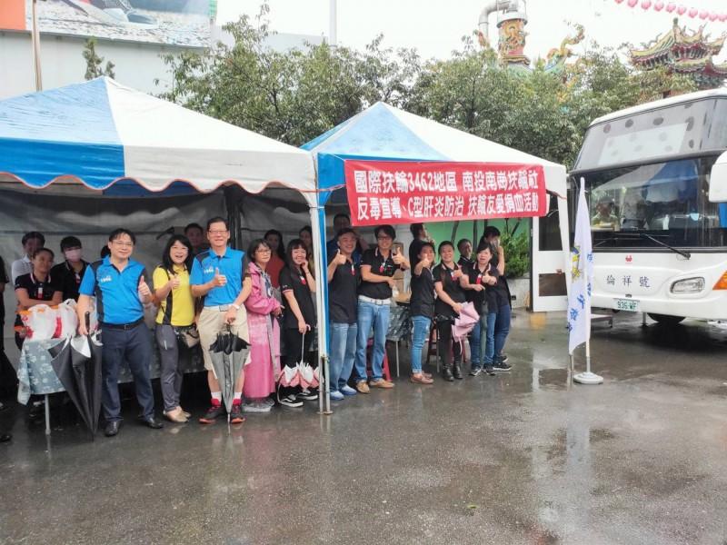 雖然下大雨,仍澆不熄捐血的熱情,民眾在草屯惠德宮廣場排隊等捐血。(南崗扶輪社提供)