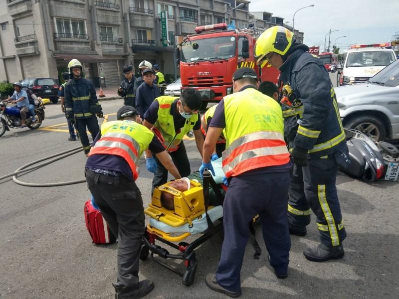 消防人員將柯男放在擔架上準備送醫。(記者歐素美翻攝)