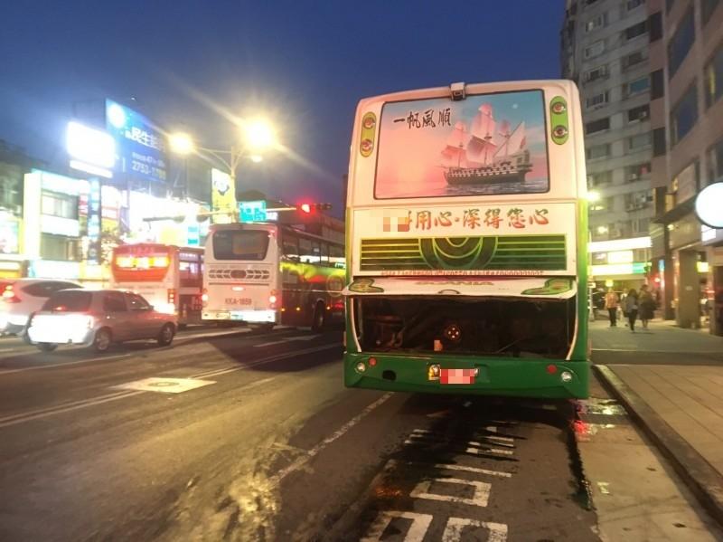 遊覽車在南京東路上漏油。(記者鄭景議攝)