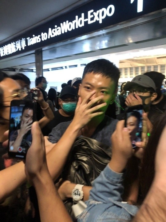 偷藏木棍的男子被現場民眾包圍。(翻攝自香港連登討論區)