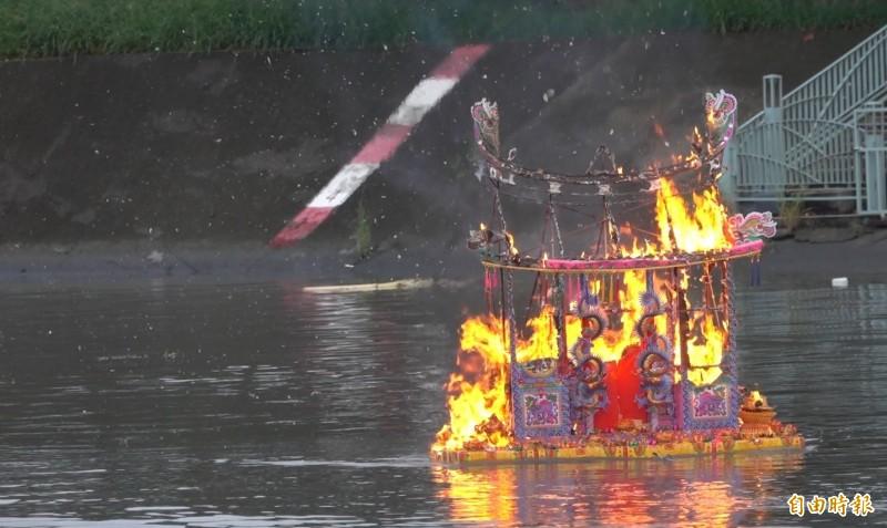 鹿港放水燈把點燃的大厝燈,在福鹿溪施放。(記者劉曉欣攝)