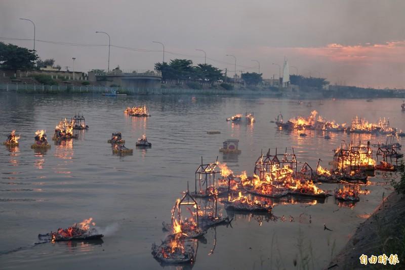 今年鹿港放水燈在老天爺作美下,伴著夕陽餘暉燒向天際。(記者劉曉欣攝)