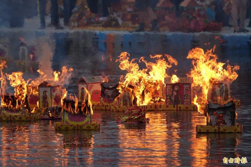 鹿港放水燈已是百年傳統。(記者劉曉欣攝)