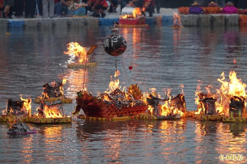 蓮花法船在火燄中燒向天際。(記者劉曉欣攝)