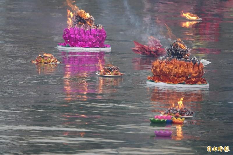 點燃蓮花水燈在福鹿溪施放。(記者劉曉欣攝)