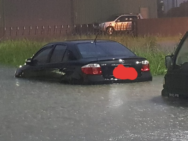 各地傳出淹水災情。(圖擷取自《爆怨公社》)