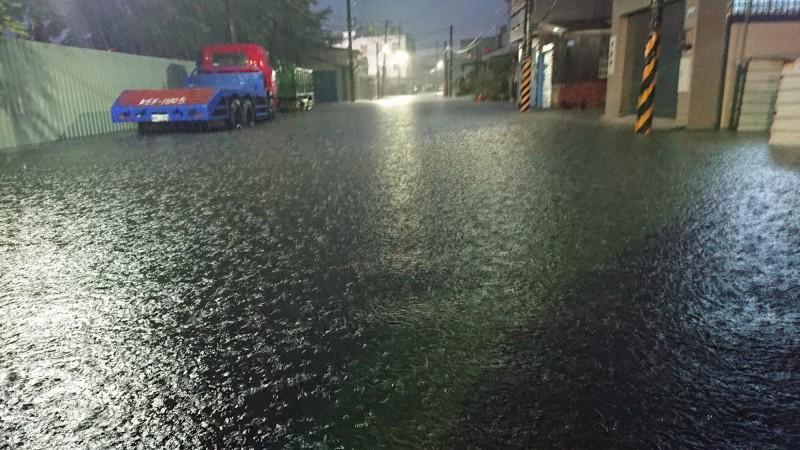 受到西南風影響,中南部地區發布豪大雨特報,台南市今晨緊急宣布停班停課。(圖擷取自《爆怨公社》)