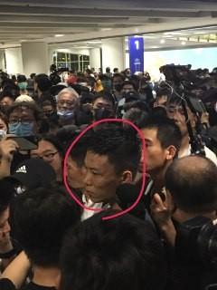 該男子(紅圈處)使用有中國口音的粵語,突然撞向示威者,因而遭包圍。(圖擷取自TG_612人道支援基金)