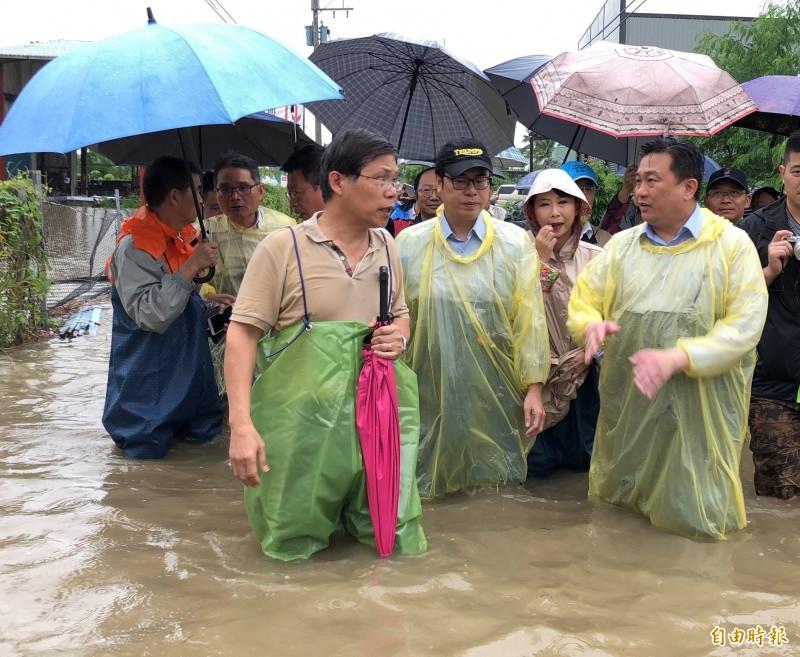 台南今天淹水,行政院副院長陳其邁(圖中)與綠委王定宇(圖右)涉水視察。(圖取自陳其邁臉書)