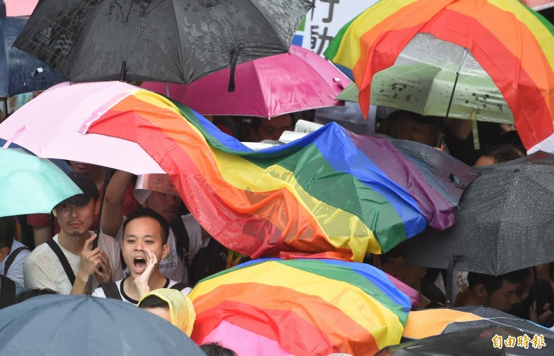 男同志胡勝翔負責為同性伴侶潘世新操辦喪禮,雖向行政院勞動部勞工保險局申請配偶喪葬津貼被拒、訴願再被駁,但提行政訴訟後,獲判勝訴,勞保局需給付胡相關津貼。