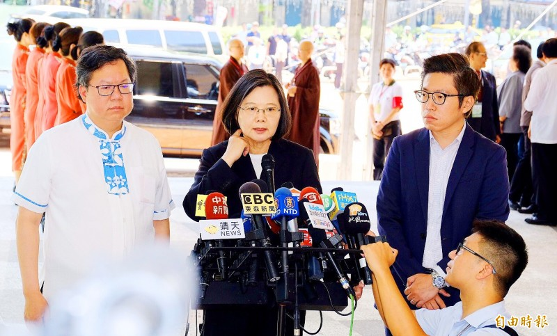 President Tsai Ing-wen, center, while visiting Taoyuan yesterday calls on the Hong Kong government to better communicate with its people. Photo: Chen En-hui, Taipei Times
