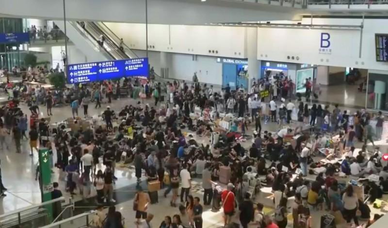 今日又有港民再號召機場集會。(圖擷取自「雅虎香港新聞」臉書直播)