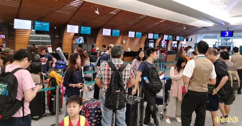 香港反送中示威者昨群聚香港國際機場,導致機場暫停營運,今上午8點過後,陸續有航班起降,台港航線今仍有近40班次取消。(資料照)
