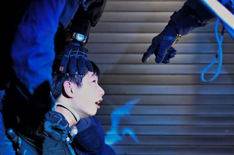香港反送中運動愈演愈烈、警民衝突不斷,中國官媒《人民日報》今刊出〈正告台當局,收回涉港黑手〉老掉牙長文,宣稱民進黨政府與「台獨」勢力,一步步介入香港暴亂。(法新社)