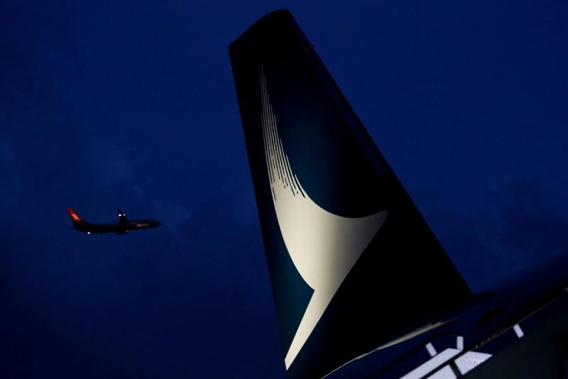 香港國泰航空今日再宣布CX216航班一名副機師,因不當使用公司訊息,已被停職。(路透)