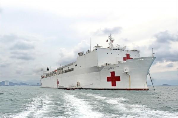 美軍大型醫療船「仁慈號」(USNS Mercy)擁有1000個床位以上的容量,並具有核磁共振、放射醫療、開刀房等完善設備。(法新社資料照)