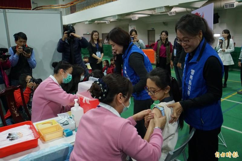 國民健康署表示,目前公費提供給國中女生的HPV疫苗因有和藥廠簽約,供貨有保障,「公費疫苗」部分沒有問題。(資料照)