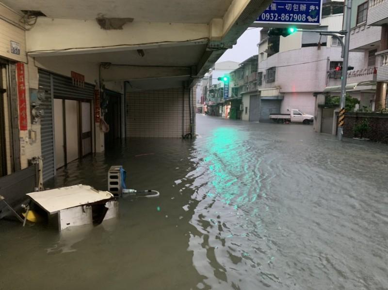 台南市今晨雷雨交加,永康部份低勢區積水。(記者洪瑞琴翻攝)