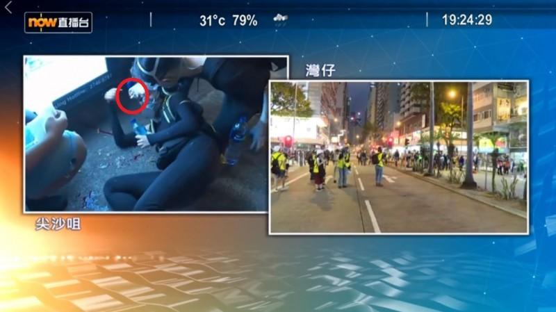 當女子倒地起身那一刻,布袋彈已「卡在」她的護目鏡上,立刻打臉港警所稱「現場可能有其他武器」。(圖擷取自《Now News-新聞》影片)