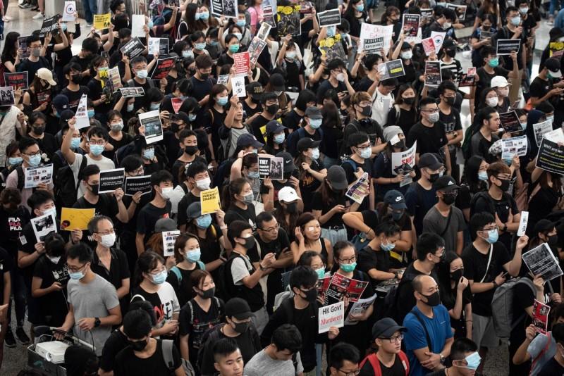 香港國際機場今(13)日再現抗議人潮,譴責港警11日的暴力行動。(法新社)