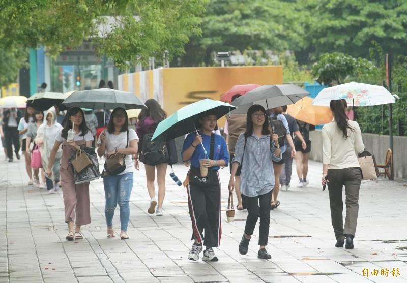 明天清晨中南部地區仍易有短時強降雨,並有局部大雨或豪雨發生機率發生,直到白天降雨才會稍緩和。(資料照,記者黃志源攝)