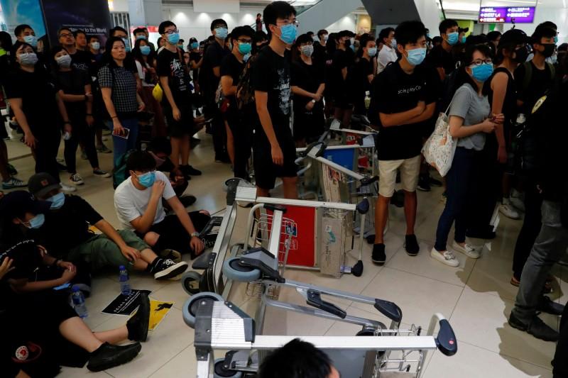 香港民航工會表示,違法抗議行動降低機場的客運量與貨運量,呼籲停止在香港機場示威。圖為香港機場今日的抗議人潮。(彭博)