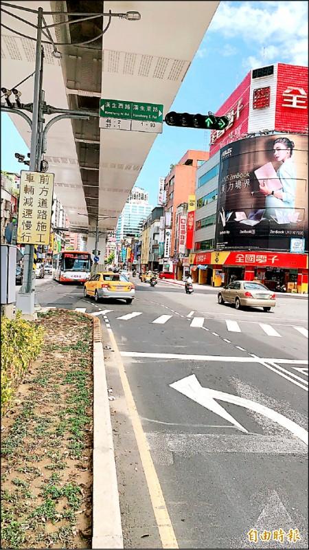 新北市板橋區文化路與漢生東路口往台北方向,將於八月十五日起實施全日禁止左轉管制,盼紓解車流,地面的左轉標線將塗銷。(記者賴筱桐攝)